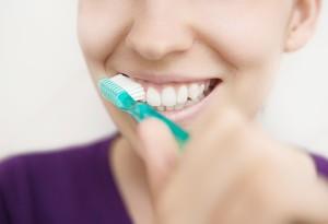 Donna pulizia denti